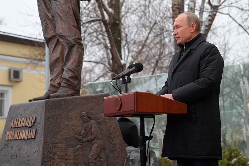 Путин у памятника Солженицыну