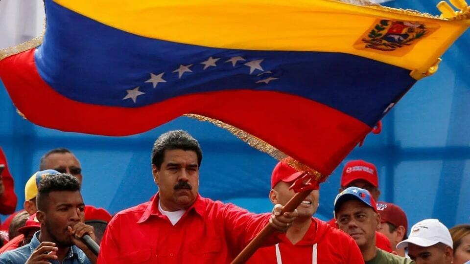 Мадуро с флагом