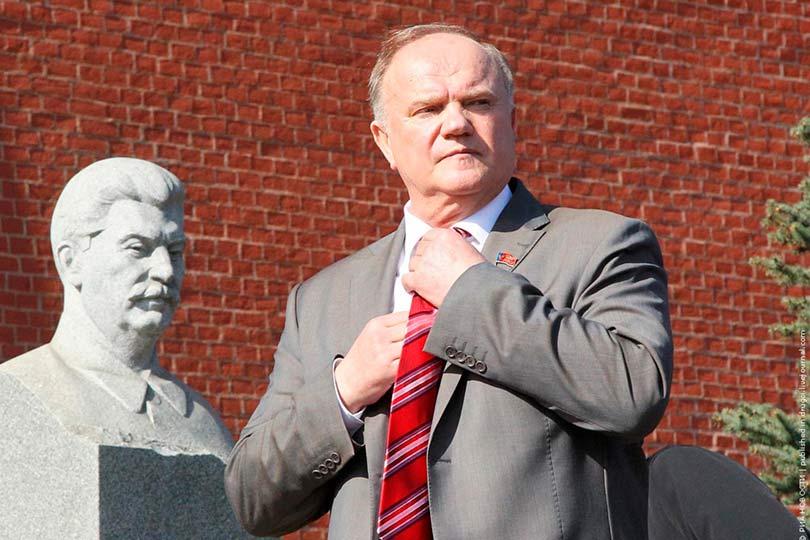 Зюганов около памятника Сталина