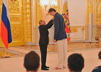 Путин награждает