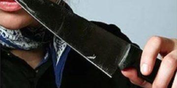 Девушка с ножом