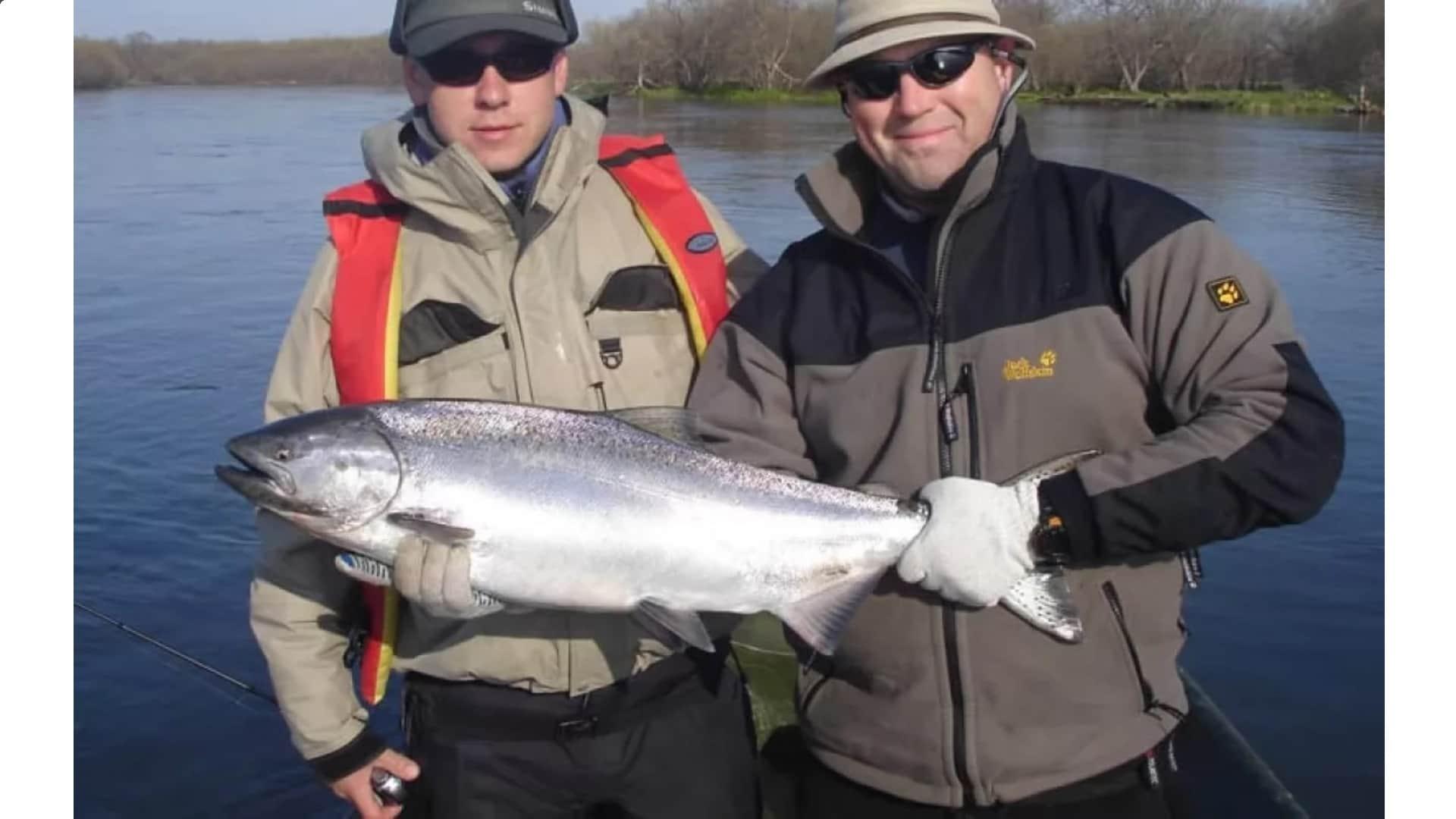 Горбуша на руках рыбака