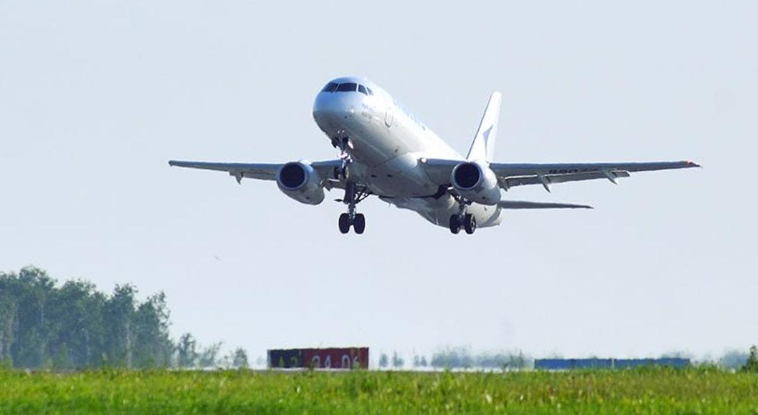 Sukhoi-100 в небе Крыма