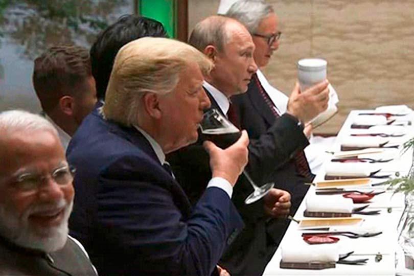 Путин со своим стаканом
