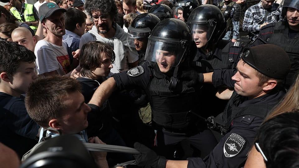 Агрессия протестующих в Москве