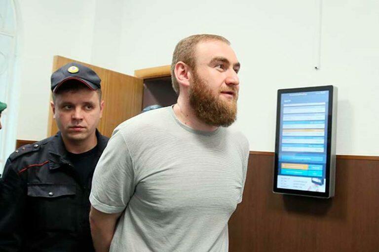 Посидев на тюремной диете, экс-сенатор Арашуков вспомнил русский и начал сдавать соучастников