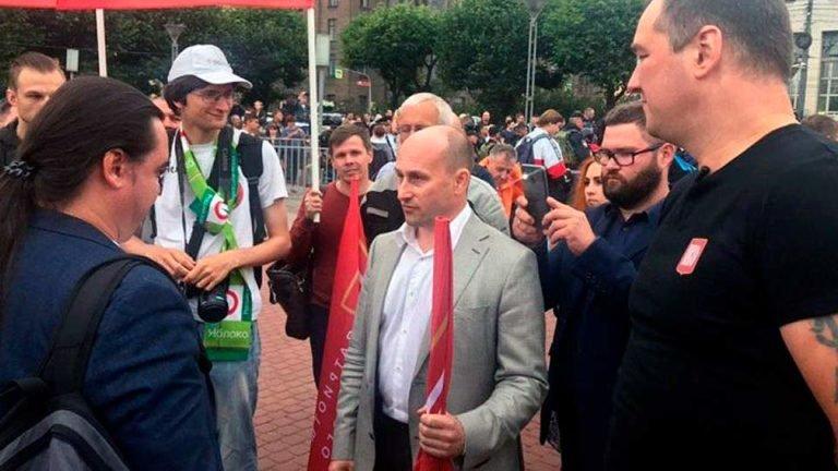 В Петербурге состоялся митинг в поддержку москвичей, на котором Старикову не дали слова