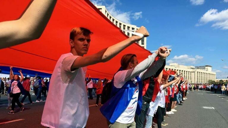 Собрав на праздник Российского флага более 100 тыс человек, власть продемонстрировала административный ресурс