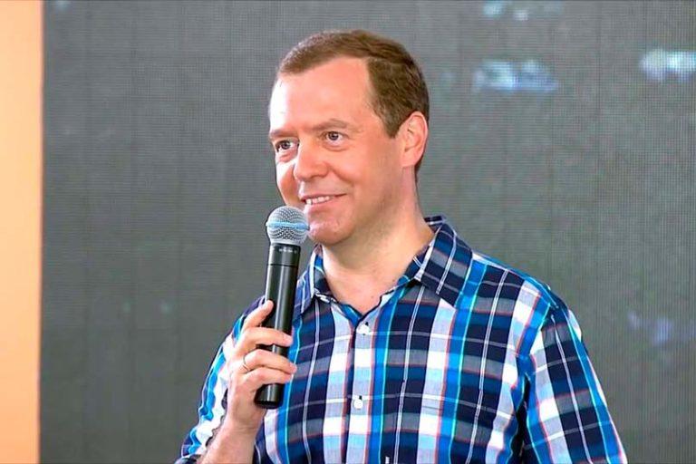 Медведев предложил учителям подаваться в бизнесмены, они начали массово увольняться вслед за врачами