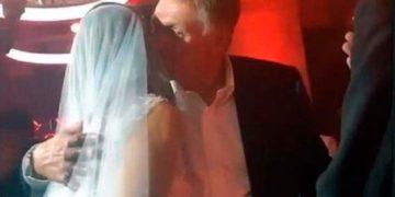 Песков целует Собчак