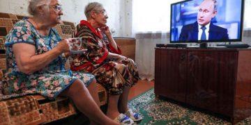 Пенсионеры слушают Путина