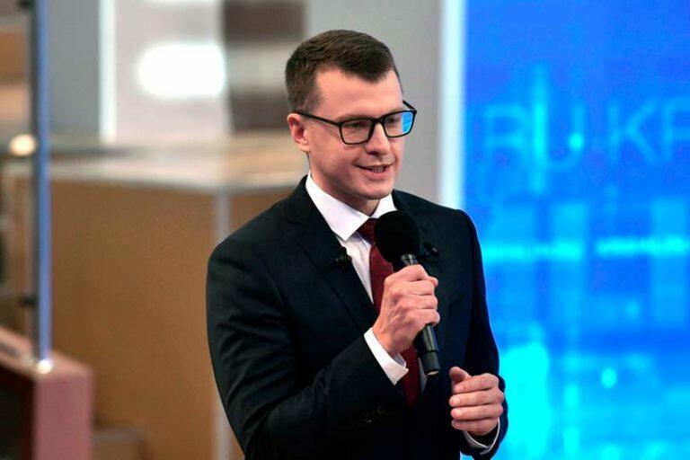 Павел Зарубин молодой и приближенный к президенту Путину журналист, сопровождающий его в поездках