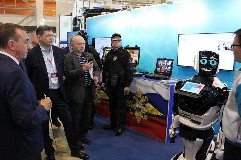 В России показали общественности новейшего робота-полицейского