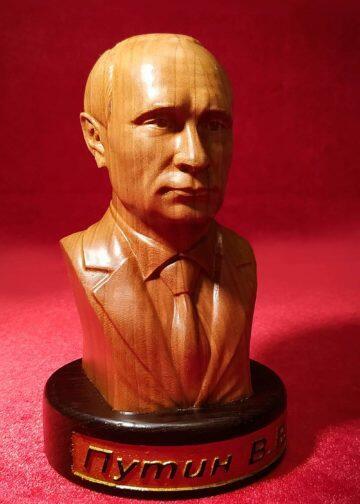 Бюст президента России Владимира Путина из дерева