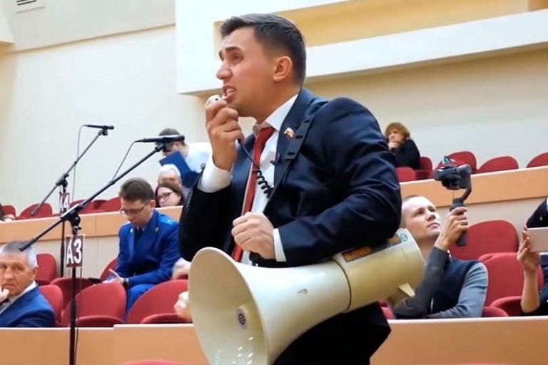 Навальный привлек внимание к депутату от КПРФ Бондаренко, который отстаивал свою позицию в Саратовской думе с мегафоном в руках