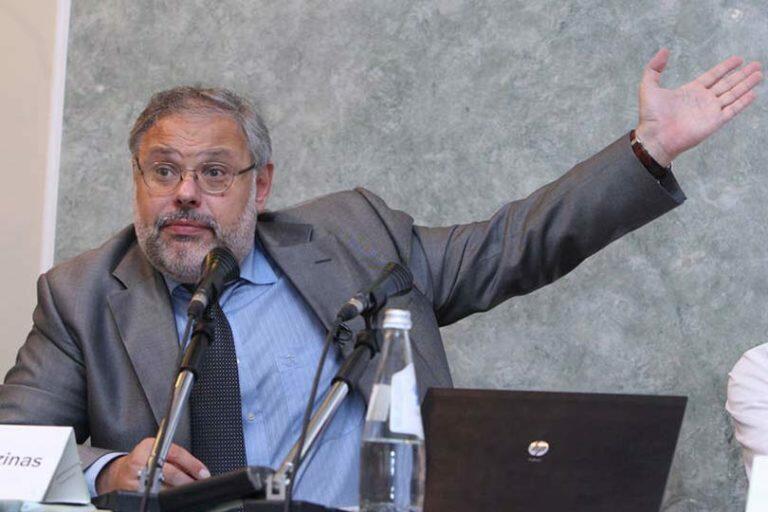 Михаил Хазин заявил, что чиновники игнорируют указания президента, а подчас и попросту саботируют их