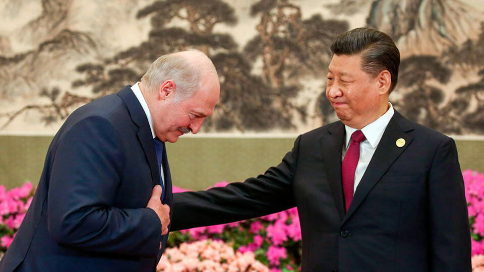 Лукашенко кланяется перед Си Цзиньпином