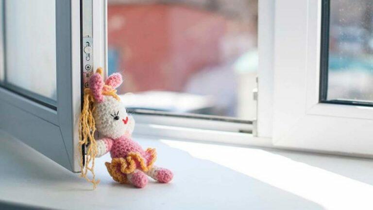 В Свердловской области семилетняя девочка умерла после того, как упала с дивана
