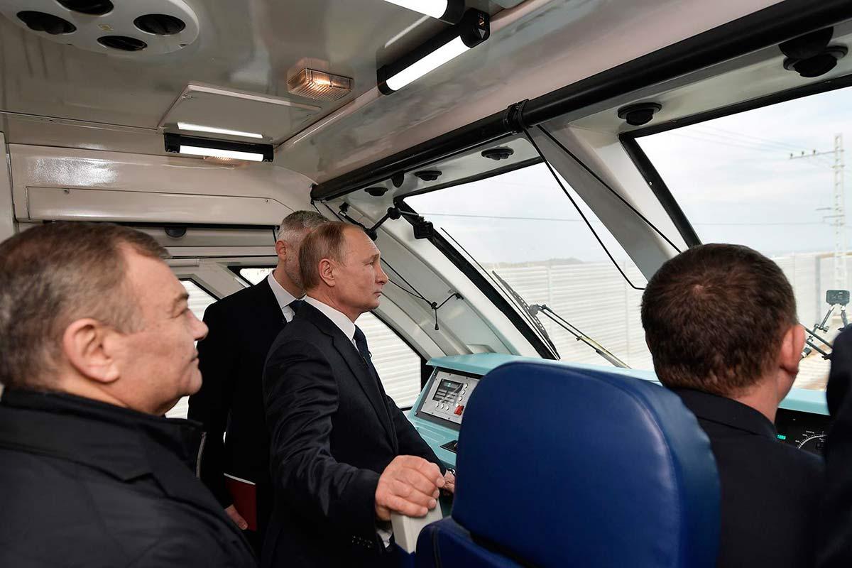 Путин едет по Крымскому мосту