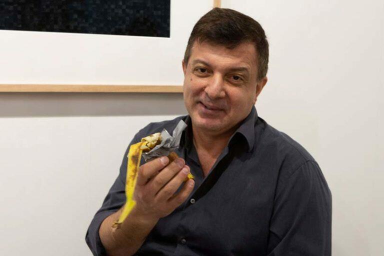 Итальянскому художнику простили съеденный банан стоимостью $120 000