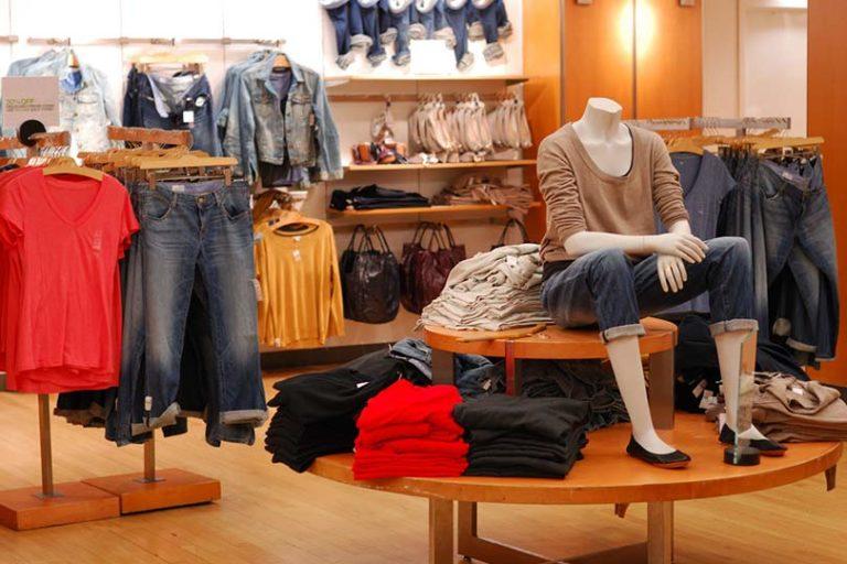 Впервые с 2015 года в России сократились продажи одежды и обуви