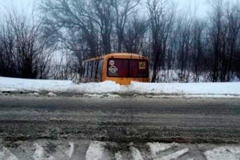 В Волгоградской области школьный автобус с детьми попал в аварию