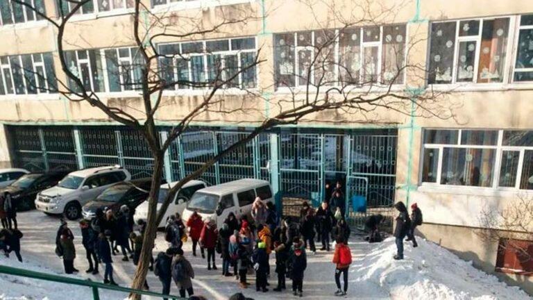 После сообщений о заложенных бомбах, спецслужбы Благовещенска эвакуировали учеников из 21-й школы