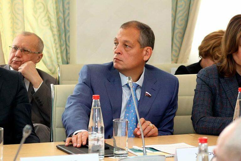 В Татарстане под Казанью разбился вертолет, в результате крушения погиб депутат Айрат Хайруллин