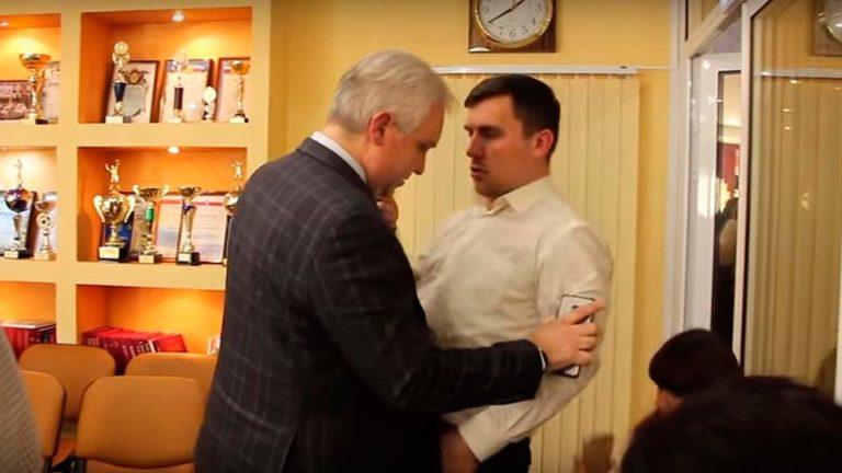 В Саратовской Облдуме бушуют страсти, исчерпав аргументы единоросс Бушуев применил к коммунисту Бондаренко силу