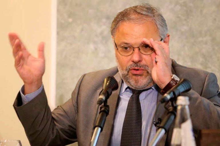 Хазин пояснил, что со времен Гайдара в России действует закон, по которому инвестиции в экономику должны быть иностранными