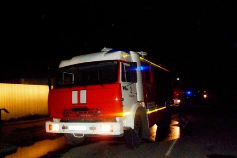 Во время пожара многоквартирного дома в Новгородской области погиб один человек