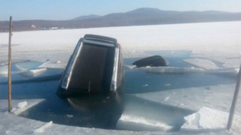Под Хабаровском из реки Амур, спасатели достали погибшего в своем джипе рыбака