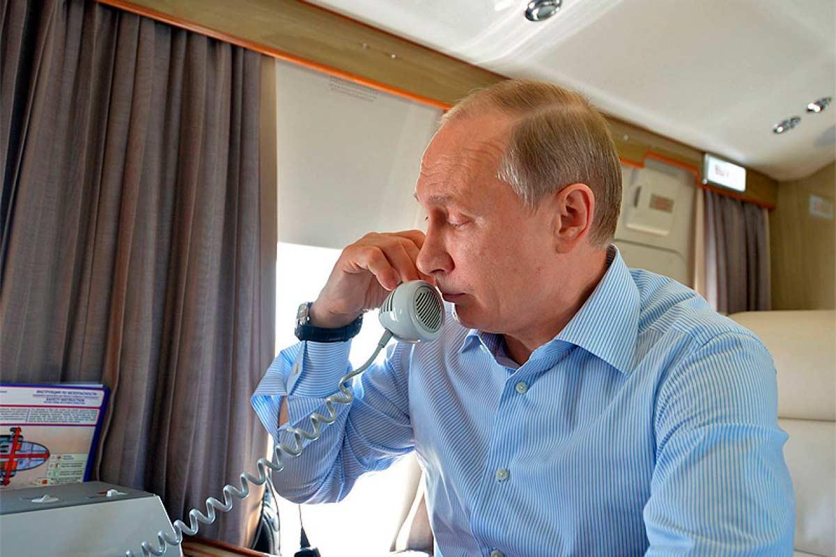 Путин в самолете говорит по телефону