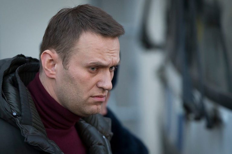 Алексей Навальный весьма невнятно ответил на вопрос, стоит ли идти голосовать за поправки в Конституцию РФ 22 апреля