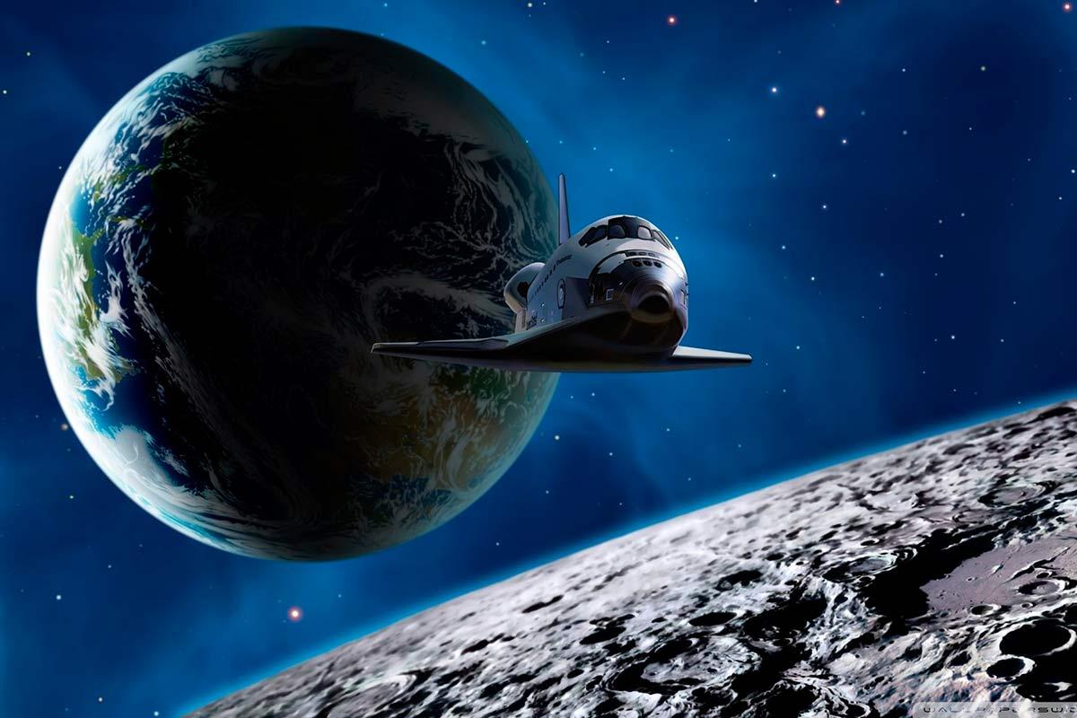 Космический корабль летит к Луне