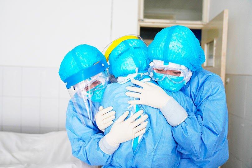 Врачи оплакивают умершую девушку от коронавируса