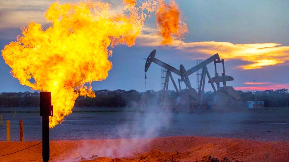 Огонь на нефтяных скважинах