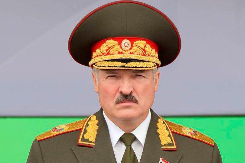 Лукашенко в военной форме