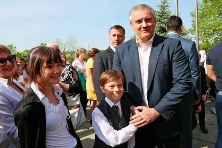 Крым показывает пример всем российским регионам, там власти выплатят деньги детям от 16 до 18 лет
