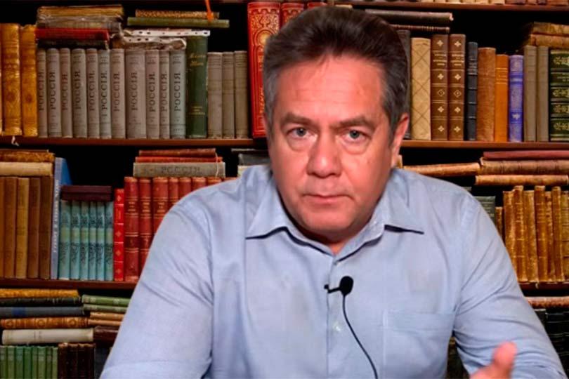 Платошкин на фоне книг