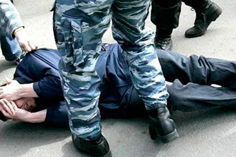 Избиение мужчины полицейскими в России