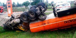 На трассе в Забайкалье перевернулся бензовоз, погиб водитель и разлилось топливо