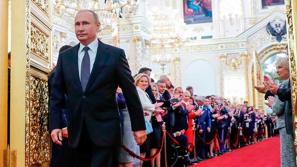 Владимир Путин шагает по Кремлю