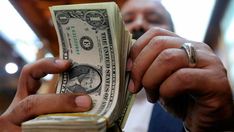 В России зафиксировали отток валютных вкладов