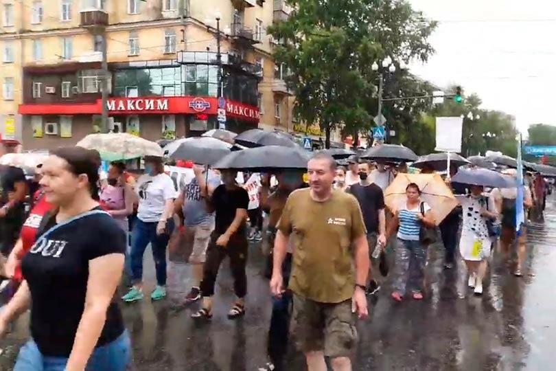 Митинг в Хабаровске под дождем
