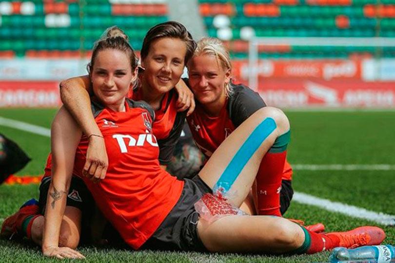 Футболистка Кристина Машкова с подругами