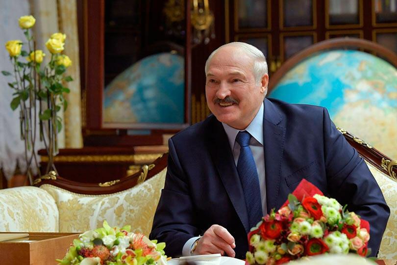 Лукашенко с красно-белыми цветами
