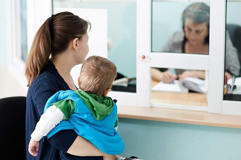 Мама с ребенком получают выплаты
