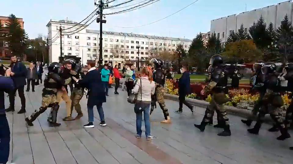 Росгвардия задерживает протестующих в Хабаровске