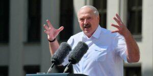 Лукашенко перешел к новой тактике запугивания оппозиции, теперь их не задерживают на митингах, а приходят домой
